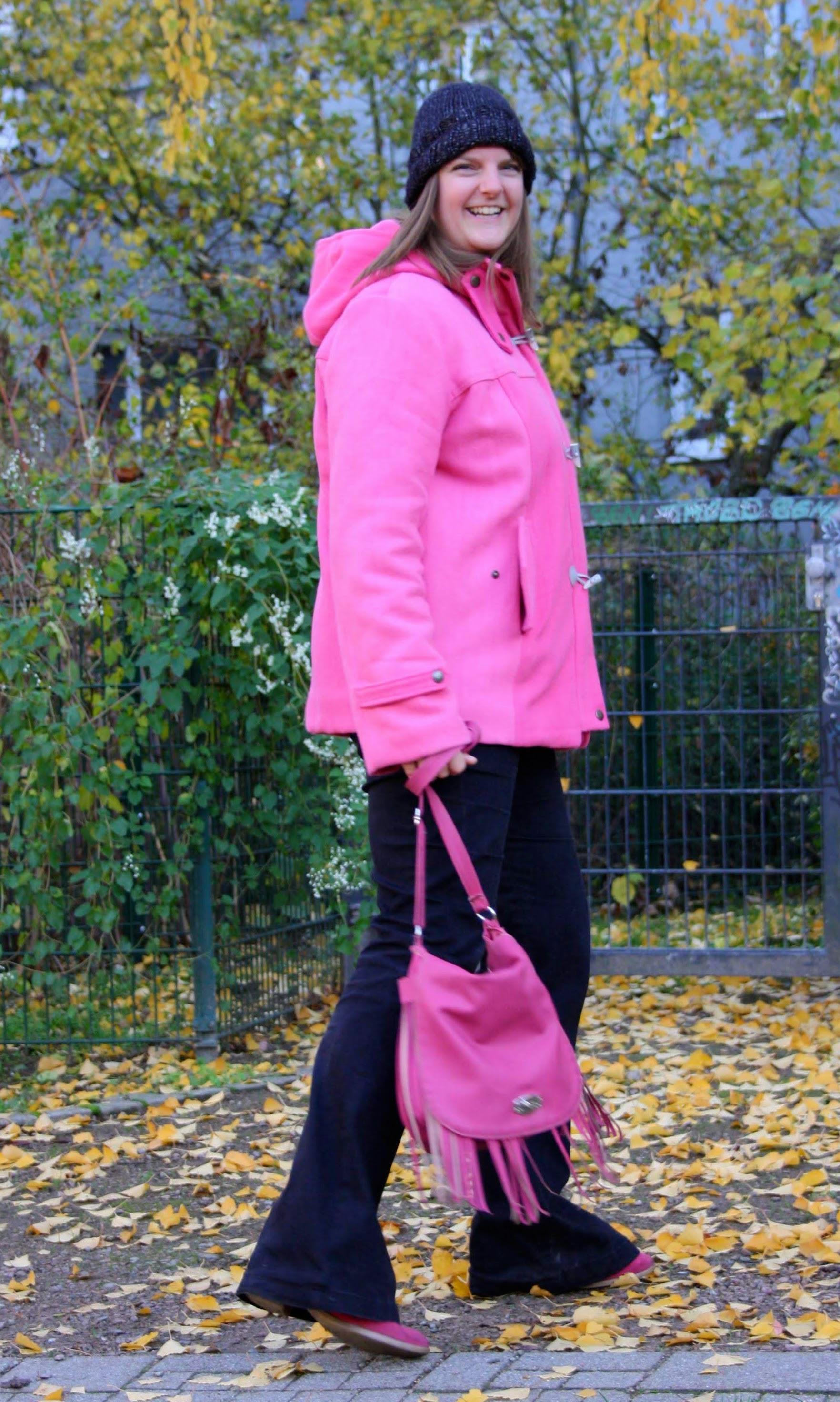 Pinker Dufflecoat und schwarze Schlaghose aus Denim